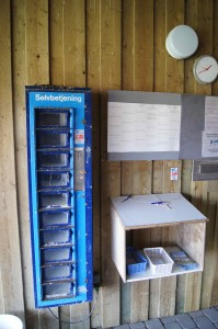 Köderautomat und Kartenausgabestelle am Sondervig Forellensee